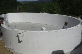 Acqua spa costruzione piscine realizzazione piscine - Piscina fuori terra in pendenza ...